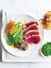 tuna and soba noodle wakame salad with lotus root chips